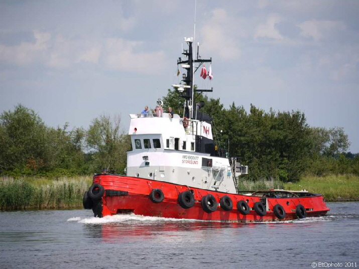 Schlepper auf dem Nord-Ostsee-Kanal / a tug on the North - Baltic Sea canal
