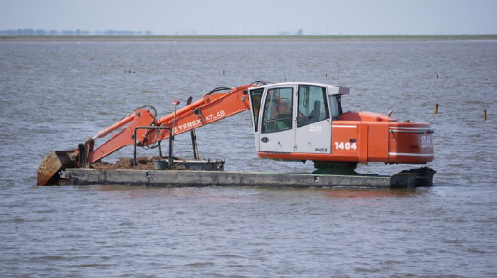 Fahrrine vertiefern / to get a free way for ships using a steam shovel but only at low tide